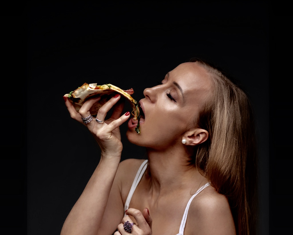 kashia-lehmann-isst-pizza-vergleich-fast-food-zu-fast-fashion